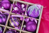 Weihnachten spielzeug in holzkiste auf hellem hintergrund — Stockfoto