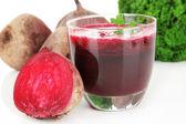 Färsk juice av rödbetor isolerad på vit — Stockfoto