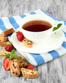 Cup of tea with cookies and strawberries on table close-up — Stock Photo