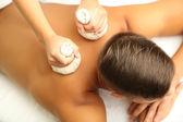 Jovem tendo massagem nas costas de close-up — Foto Stock