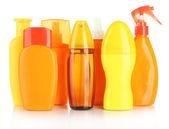 Botellas con crema bronceadora aislado en blanco — Foto de Stock