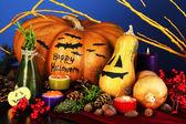 композиция для хэллоуина тыквы и свечи на синем фоне — Стоковое фото