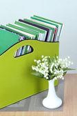 杂志和在房间里的床边桌上的绿色框中的文件夹 — 图库照片