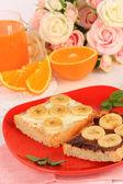 Pyszne tosty z bananami na płytkę z bliska — Zdjęcie stockowe