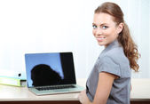 Woman in office at workplace — Stockfoto