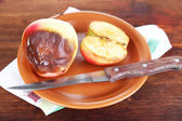 Ruttna äpplen på tallriken på bordet — Stockfoto