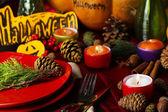 Tabela ustawienia dla halloween z dyni i świece z bliska — Zdjęcie stockowe
