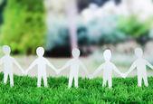 Papírové lidí v sociální sítě konceptu na zelené trávě venku — Stock fotografie