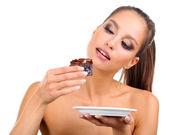 Piękna, młoda dziewczyna z czekoladowe ciastko na białym tle portret — Zdjęcie stockowe