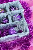 Brinquedos de natal em close-up caixa de madeira — Foto Stock