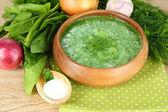 Soupe d'épinards savoureux, sur une table en bois — Photo