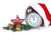 サンタと目覚まし時計白で隔離される帽子およびクリスマスの装飾 — ストック写真