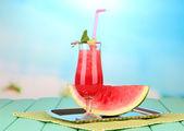 トレイ、木製テーブル、明るい背景上の新鮮なスイカ ジュースのガラス — ストック写真