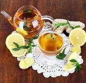 ポット、木製のテーブルにナプキンに生姜とお茶を 1 杯 — ストック写真