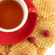 Cup of tea with cookies and raspberries close-up — Stock Photo