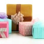 Schöne helle Geschenke, isoliert auf weiss — Stockfoto