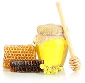 Söt vaxkakor och bank med honung isolerad på vit — Stockfoto