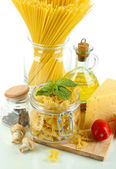 油、チーズ、白で隔離される野菜のパスタ — ストック写真