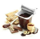 白で隔離されるオープンのプラスチック カップのチョコレート クリーム — ストック写真