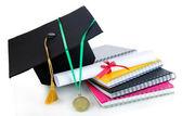 медаль за достижения в области образования, диплом, шляпа и ноутбуков, изолированные на белом — Стоковое фото