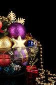Siyah arka plan üzerinde Noel süsleri — Stok fotoğraf