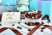Välsmakande cupcake med gåvor på nära håll — Stockfoto