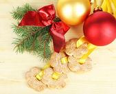木製のテーブルの上のクリスマスの装飾とリボンのクッキー — ストック写真