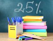Kontorsmaterial på bordet på skolans styrelse bakgrund — Stockfoto
