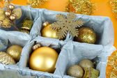 Weihnachten spielzeug in holzkiste auf gelbem grund — Stockfoto