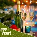 香槟及礼品在明亮的背景上的眼镜 — 图库照片