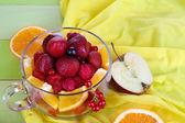 Salada de frutas úteis em copo de vidro em close-up de madeira mesa — Foto Stock
