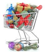 рождественские подарки в торговые тележки, изолированные на белом — Стоковое фото