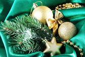 Yeşil saten kumaş üzerinde güzel bir Noel dekor — Stok fotoğraf