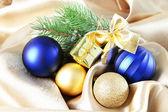 Krásné vánoční výzdoba na zlaté saténové látky — Stock fotografie