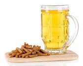 Cerveja no copo e croutons sobre a bordo isolado no branco — Foto Stock