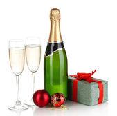 şampanya ile gözlük ve üzerinde beyaz izole noel topları — Stok fotoğraf