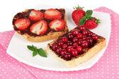 Plaka yakın çekim üzerinde meyveleri lezzetli ekmek — Stok fotoğraf