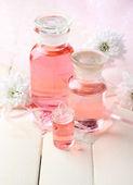 Botellas de vidrio con esencia de color, sobre fondo de madera — Foto de Stock