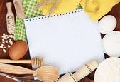 μαγείρεμα έννοια. βασικά συστατικά ψησίματος και εργαλεία κουζίνας από κοντά — Φωτογραφία Αρχείου