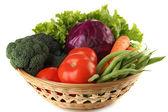 Verschiedene Gemüse im Korb isoliert auf weiss — Stockfoto