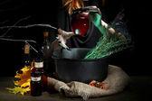 Strega nel laboratorio di halloween spaventoso su sfondo di colore scuro — Foto Stock
