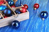 Juguetes de navidad en caja en primer plano de la mesa de madera — Foto de Stock
