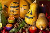 Composition pour l'halloween avec les citrouilles et les bougies gros plan — Photo