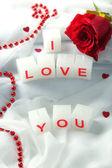 свечи с печатных знака, я люблю тебя, на фоне белой ткани — Стоковое фото