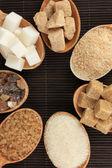 Verschiedene arten von zucker im löffel mit tabelle nahaufnahme — Stockfoto