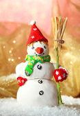 Hermosa decoración de navidad y muñeco de nieve, sobre fondo brillante — Foto de Stock