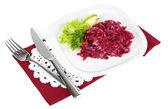 Plaka üzerinde beyaz izole peçete üzerinde pancar salatası — Stok fotoğraf