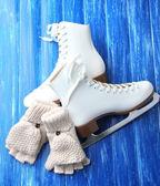 Wool fingerless gloves and skates — Stock Photo