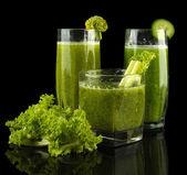 緑の野菜ジュースと黒に分離されたサラダのメガネ — ストック写真
