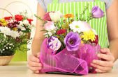 Florist makes flowers bouquet — Stockfoto